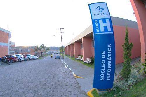 entrada do Bloco H do Campus Tubarão da Unisul